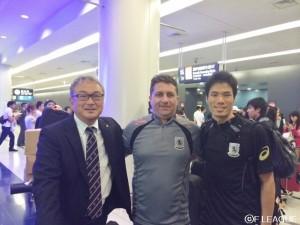 名古屋オーシャンズ帰国時 ※左から櫻井実行委員、ビクトル監督、キャプテン吉川選手